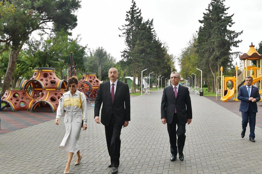 Картинки по запросу Prezident və xanımı Atatürk parkında